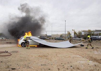 Los bomberos de Zaragoza actualizan su formación en sofocar incendios en coches eléctricos y de hidrógeno
