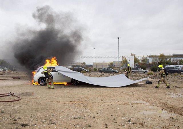 Prueba de extinción de fuego en un coche eléctrico con una manta ignífuga