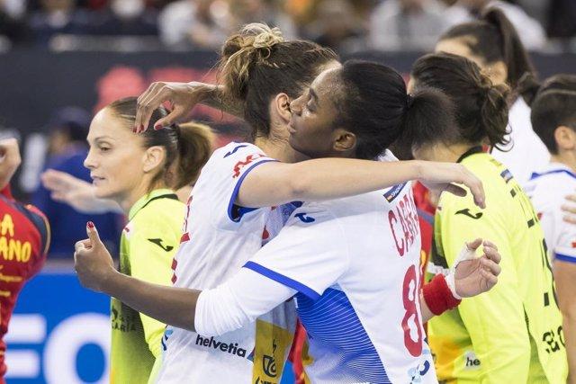 Alexandrina Barbosa abraza a una compañera tras la victoria de la selección femenina ante Japón en el Mundial de Balonmano de 2019