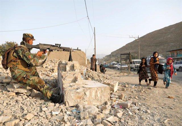 Un soldado afgano en un puesto de control en Afganistán