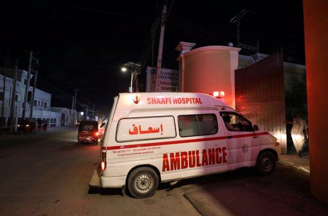 Una ambulancia transporta a una persona herida por el ataque del grupo yihadista de Al Shabaab