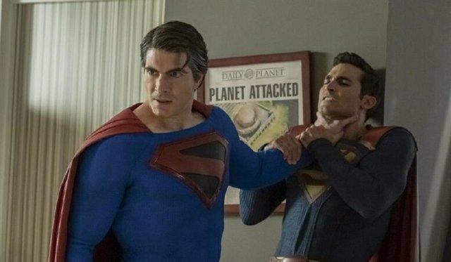 Superman vs Superman en Crisis en Tierras Infinitas