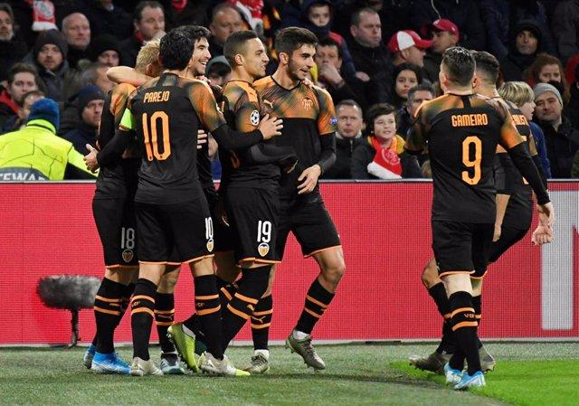 El Valencia vence al Ajax en Ámsterdam