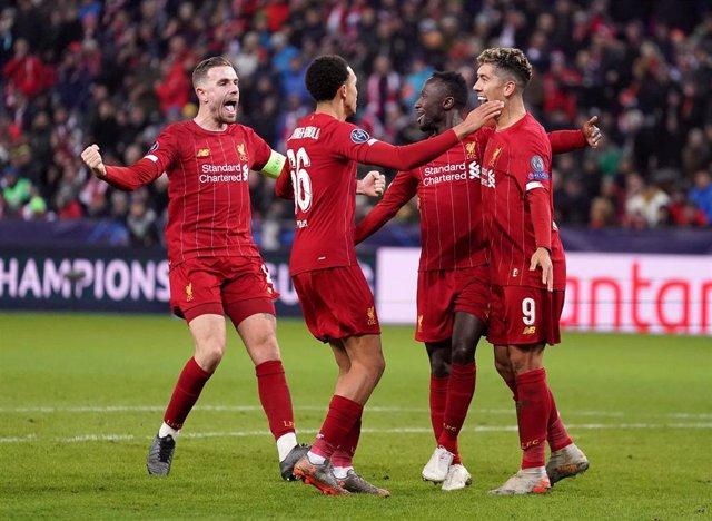 Jugadores del Liverpool celebran un gol ante el Salzburgo