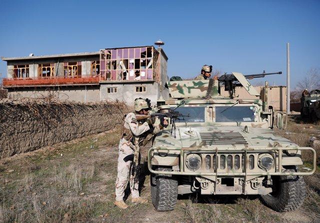 Las fuerzas de seguridad afganas en la base aérea que el Ejército de Estados Unidos tiene en la ciudad afgana de Bagram, donde ha tenido lugar el atentado