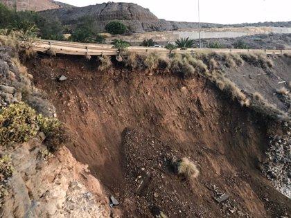 Cierran el carril central de la GC-1 en su entrada a Las Palmas de Gran Canaria por un derrumbe bajo la vía