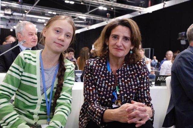 La joven activista sueca Greta Thunberg, y la ministra para la Transición Ecológica en funciones, Teresa Ribera