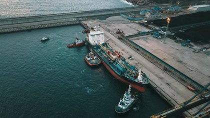 El 'Blue Star', traslado desde el puerto exterior del Ferrol al interior para seguir la evaluación