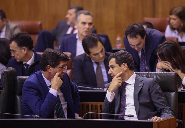 El presidente de la Junta de Andalucía, Juanma Moreno (d), conversa con el vicepresidente de la Junta de Andalucía, Juan Marín (i) durante la primera jornada de sesión plenaria. En el Parlamento de Andalucía, (Sevilla), a 27 de noviembre de 2019.