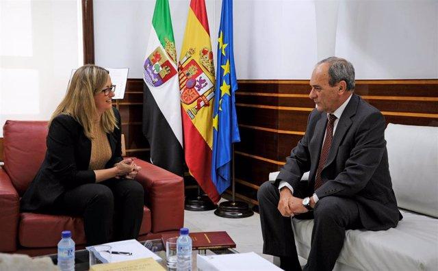 La presidenta de la Asamblea, Blanca Martín, recibe la Memoria Anual de la Fiscalía