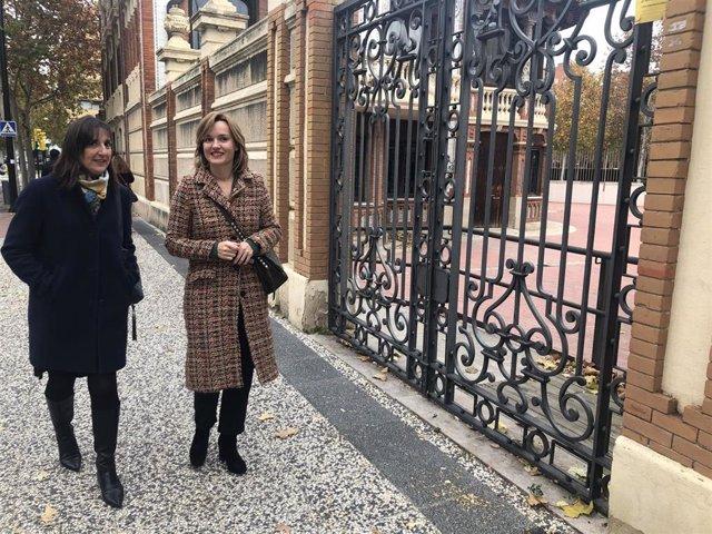 La portavoz del grupo municipal del PSOE, Pilar Alegría, en la puerta de Casa Solans