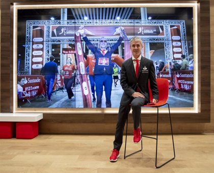 """El """"camaleónico"""" Martín Fiz vuelve a vestirse de traje en la Santander Cursa de les Empreses en Barcelona"""