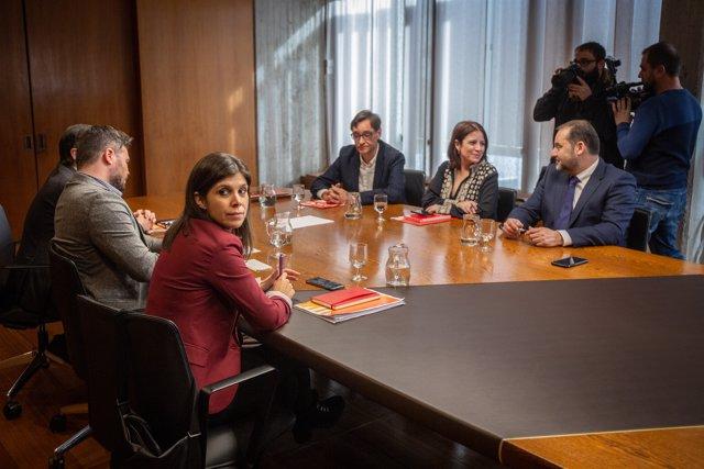 Los equipos negociadores del PSOE y ERC durante su reunión en Barcelona.