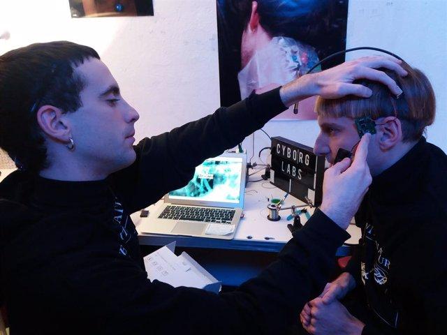 Implants electrònics que converteixen els humans en cyborgs