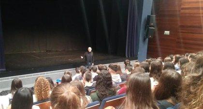 La actuación del mimo Carlos Martínez ante más de 200 alumnos inicia la Semana de los Derechos Humanos