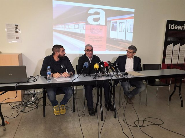 Ángel Muñoz del comitè d'empresa de TMB, el treballador malalt Antonio i l'advocat del Col·lectiu Ronda Ángel Muñoz