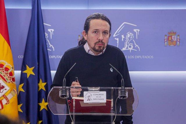 El secretari general de Podem, Pablo Iglesias, ofereix una roda de premsa en el Congrés dels Diputats després de la seua consulta amb el Rei sobre una possible investidura del candidat socialista com a President del Govern, a Madrid (Espanya)