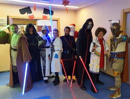 La 'fuerza' de la saga Star Wars llega a los niños del hospital de Valme de la mano de 'HoloRed Estelar'