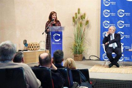 Armengol acude a la presentación del libro 'Cataluña, año cero' del periodista Ernesto Ekaizer