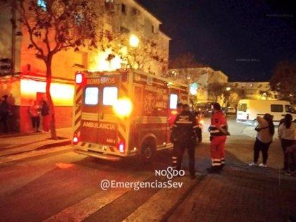 Un hombre afectado por inhalaciones y quemaduras tras un incendio en su piso de Sevilla capital