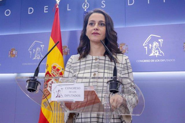 La portavoz de Ciudadanos (Cs) en la Cámara Baja, Inés Arrimadas, ofrece una rueda de prensa en el Congreso de los Diputados tras su consulta con el Rey sobre una posible investidura del candidato socialista como Presidente del Gobierno, en Madrid (España