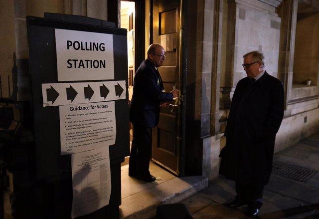 Uno de los colegios electorales de Londres abre sus puertas a los votantes en las elecciones generales del 12 de diciembre
