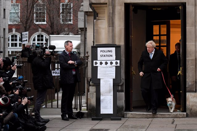 Boris Johnson acude a votar en Londres