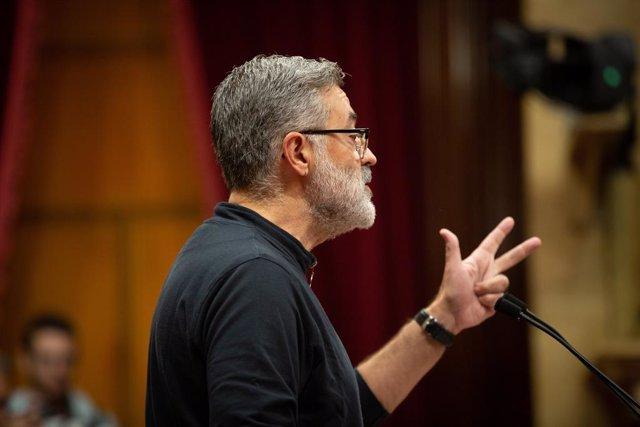 El diputat de la CUP al Parlament Carles Riera intervé des de la tribuna en la sessió plenària celebrada al Parlament tres dies després de conèixer-se la sentència del procés, a Barcelona (Catalunya, Espanya), a 17 d'octubre de 2019.