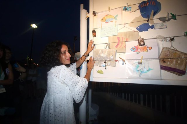 Patricia Ramírez , madre del niño Gabriel Cruz,, cuelga un cartel donde dice 'Hoy Gabriel se ha hecho justicia' tras conocerse en septiembre el veredicto del jurado