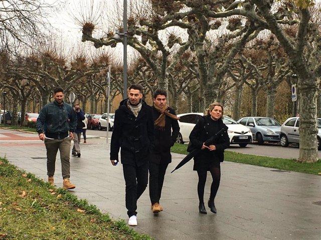 Los acusados llegan a la Audiencia de Burgos junto con la letrada Olga Navarro, defensora de uno de ellos.