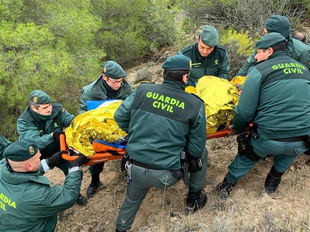 Efectivos de la Guardia Civil auxilian al hombre desaparecido en Piñel (Valladolid) tras su localización en una ladera.
