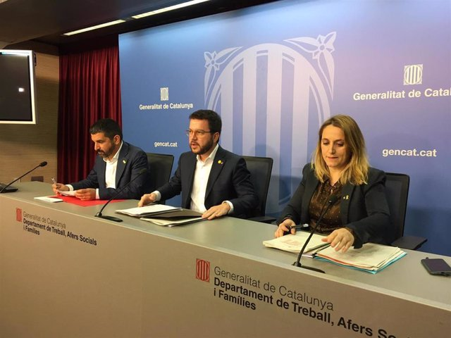 El conseller de Trabajo, Asuntos Sociales y Familias, Chakir el Homrani; el vicepresidente de la Generalitat, Pere Aragonès, y la secretaria de Economía, Natàlia Mas, en rueda de prensa este jueves.