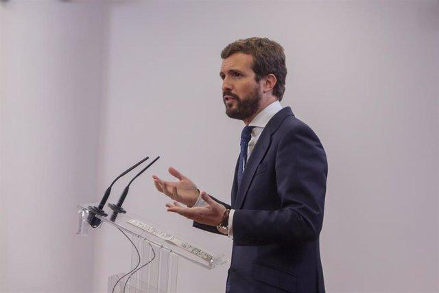 El presidente del Partido Popular, Pablo Casado, ofrece una rueda de prensa en el Congreso de los Diputados tras su consulta con el Rey sobre una posible investidura del candidato socialista como Presidente del Gobierno, en Madrid (España), a 11 de diciem