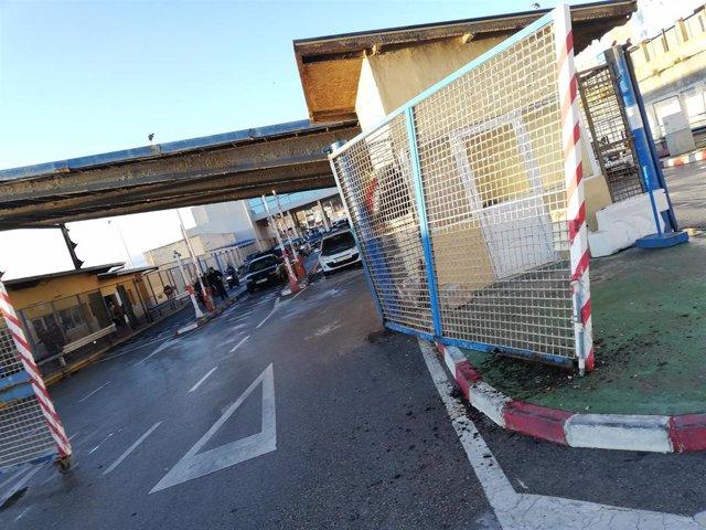 Estado de la valla de Ceuta tras ser embestida a toda velocidad por una furgoneta con 52 subsaharianos