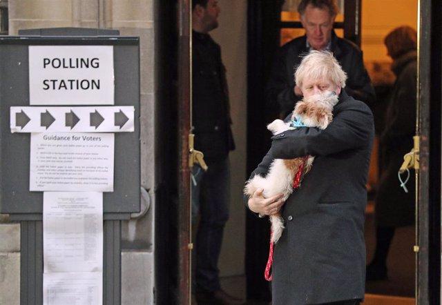 Boris Johnson acude a votar junto a su perro