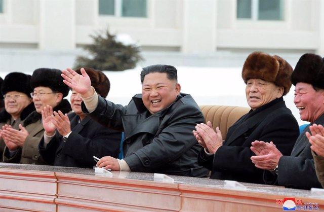 Kim Jong-un acompanyat de dirigents del règim