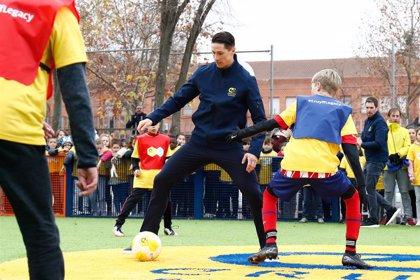 Fernando Torres inaugura una 'Cruyff Court' con su nombre en el colegio fuenlabreño donde creció