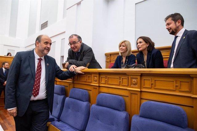 El vicepresidente del Gobierno, José Luis Martínez Guijarro, en las Cortes, con diputados del PSOE.