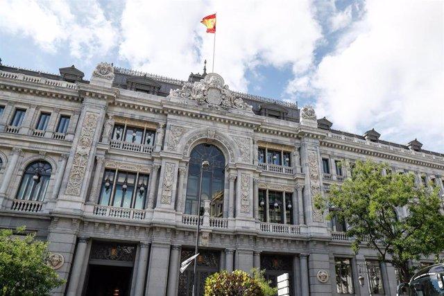 Puerta lateral de la Biblioteca Nacional en la Plaza de Colón de Madrid.
