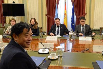 """Planas recibe en el Ministerio al director general de la FAO, al que transmite """"el compromiso de España con su labor"""""""