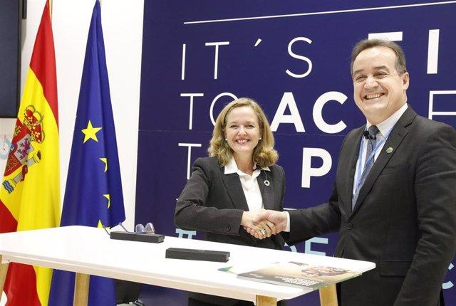 La ministra de Economía y Empresa en funciones, Nadia Calviño, y el director Ejecutivo del Fondo Verde para el Clima, Yannick Glemarec, han firmado el acuerdo de contribución de España al Fondo
