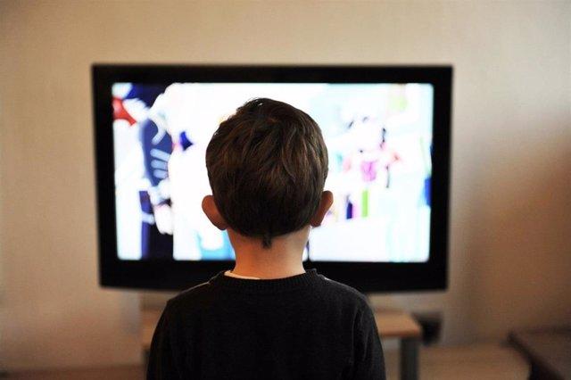 Un niño mirando la televisión