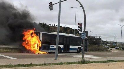 Calcinado un autobús de línea sin pasajeros tras incendiarse su motor en Valladolid