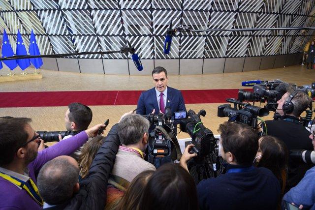 Pedro Sánchez atiende durante el Consejo Europeo que se celebra en Bruselas.