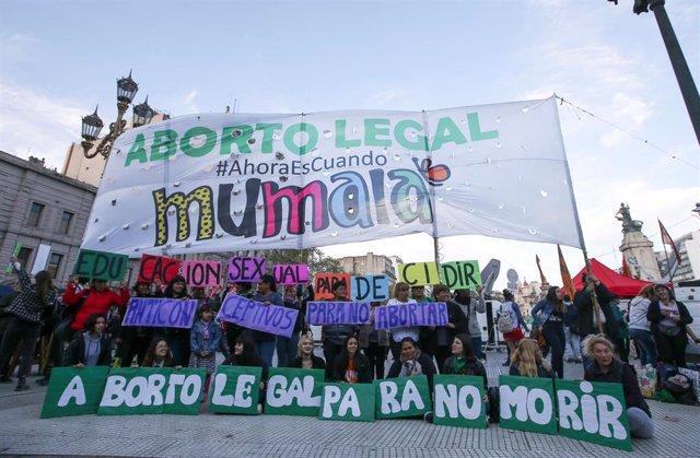 Activistas en favor del aborto manifestándose en Buenos Aires, Argentina.
