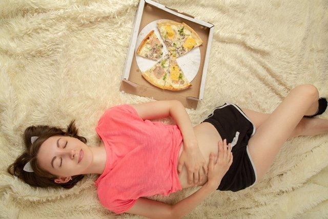 Mujer con sueño después de comer.