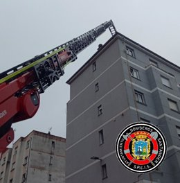 El viento provoca el corte de suministro eléctrico en Santander y la caída del t