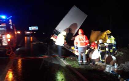Herido grave un camionero en Areso al salirse de la vía el vehículo que conducía y volcar