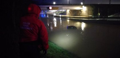 Dos personas rescatadas por Bomberos en Pamplona tras la crecida del río