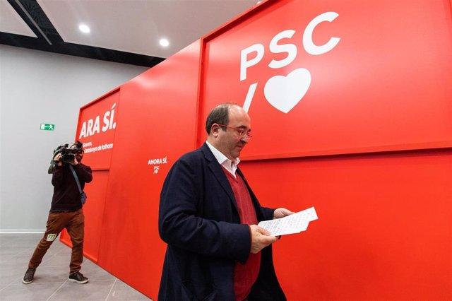 El primer secretario del PSC, Miquel Iceta, se dirige a ofrecer declaraciones a los medios de comunicación durante la noche electoral del 10N en la sede del PSC de Barcelona (Catalunya, España), donde el partido sigue los resultados del escrutinio, a 10 d
